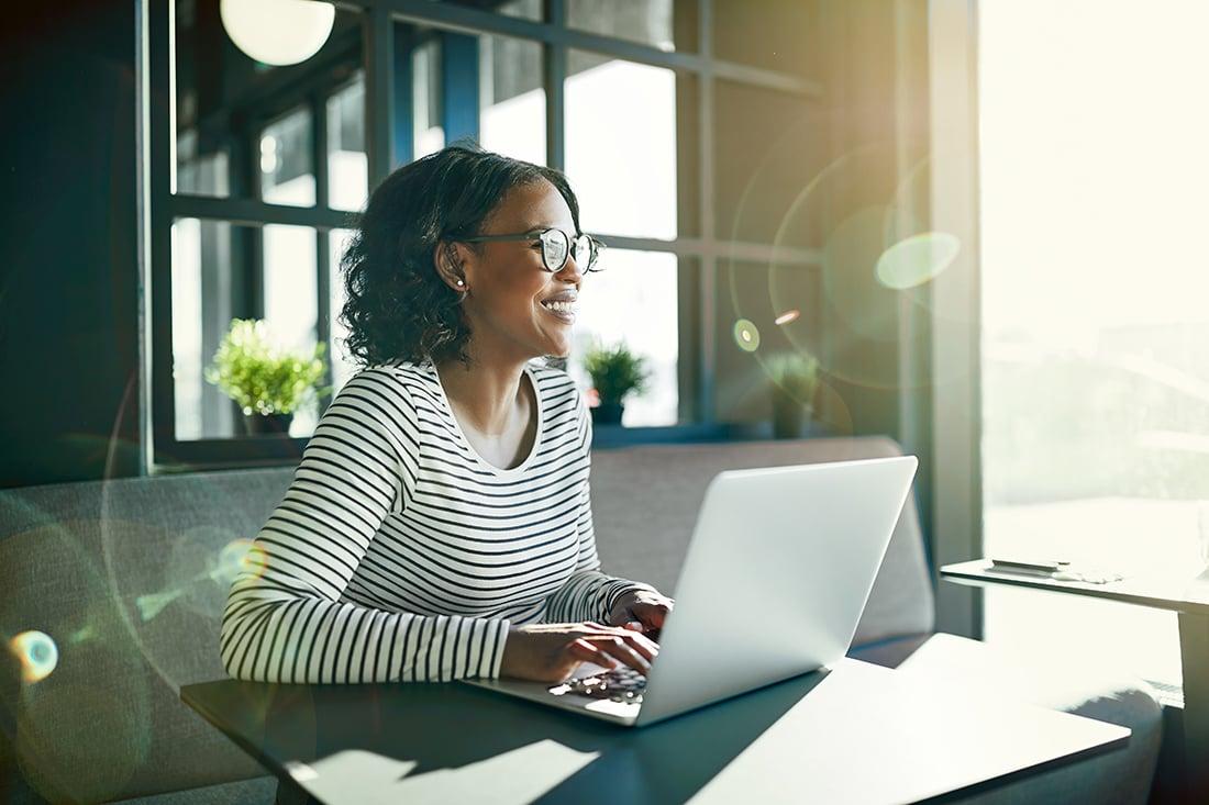kvinna-jobbar-framfor-laptop