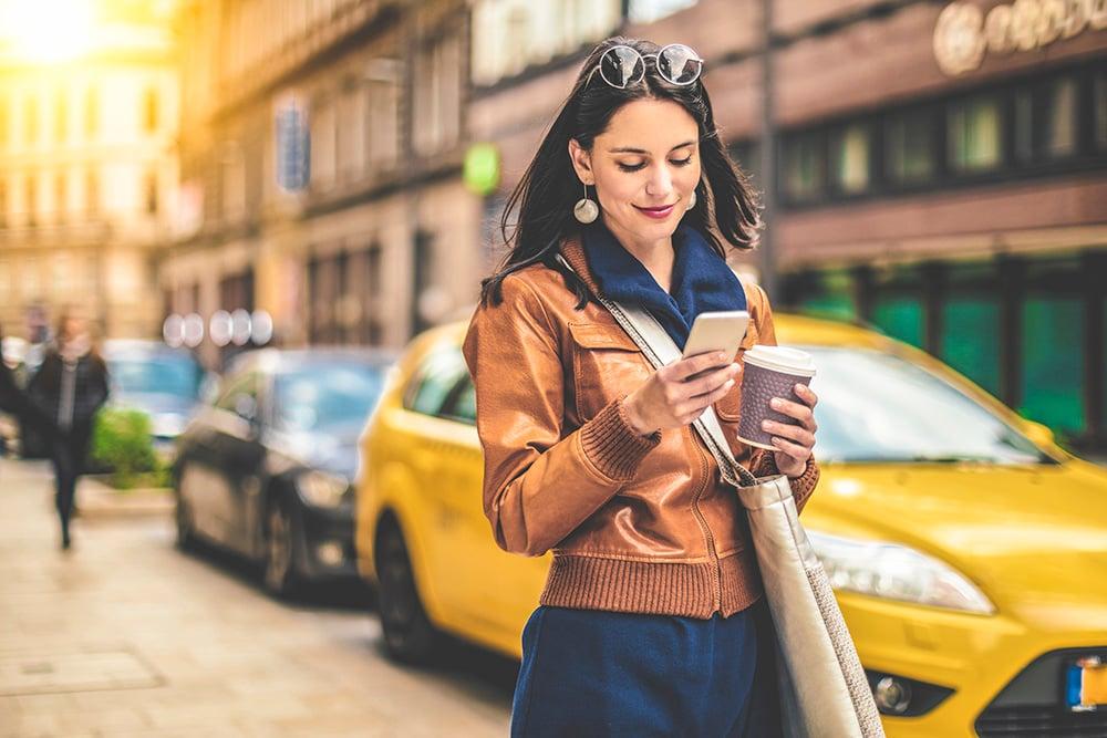 kvinna-mobil-stad